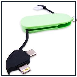 3in1充電キーホルダー Lightning、Micro USB、Type-Cと3タイプの端子がついた充電ケーブル。コードは本体に収納可能でコンパクトに持ち運べます。